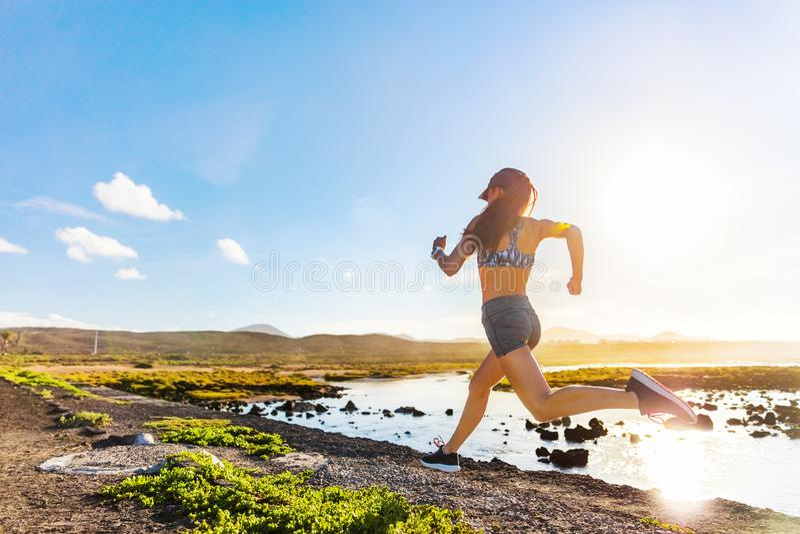 Athlète actif courant sur la nature de traînée d'été photos stock