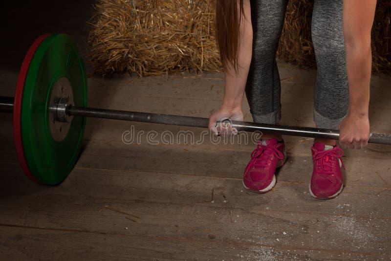 Athlète actif de femme établissant avec le barbell - powerlifting photographie stock libre de droits