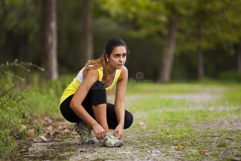 Athlète attachant les dentelles de ses chaussures image libre de droits