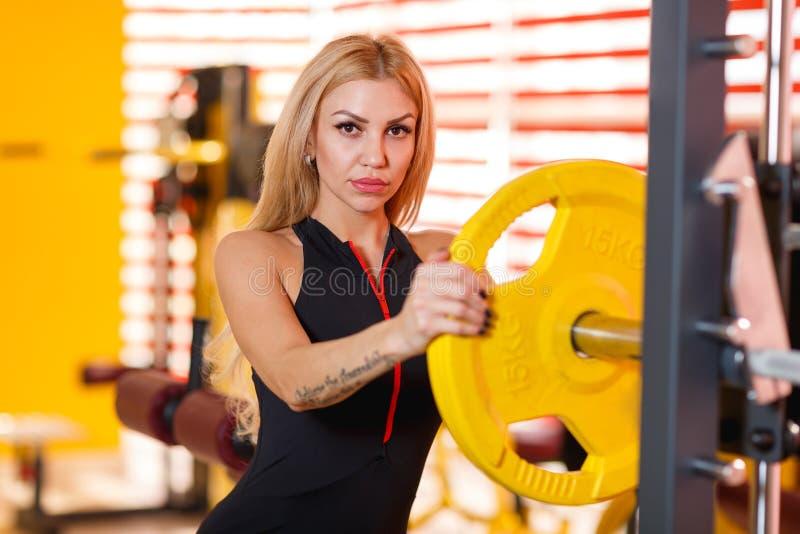Athlète attirant de femme occupé dans le gymnase Le concept du sport photos libres de droits