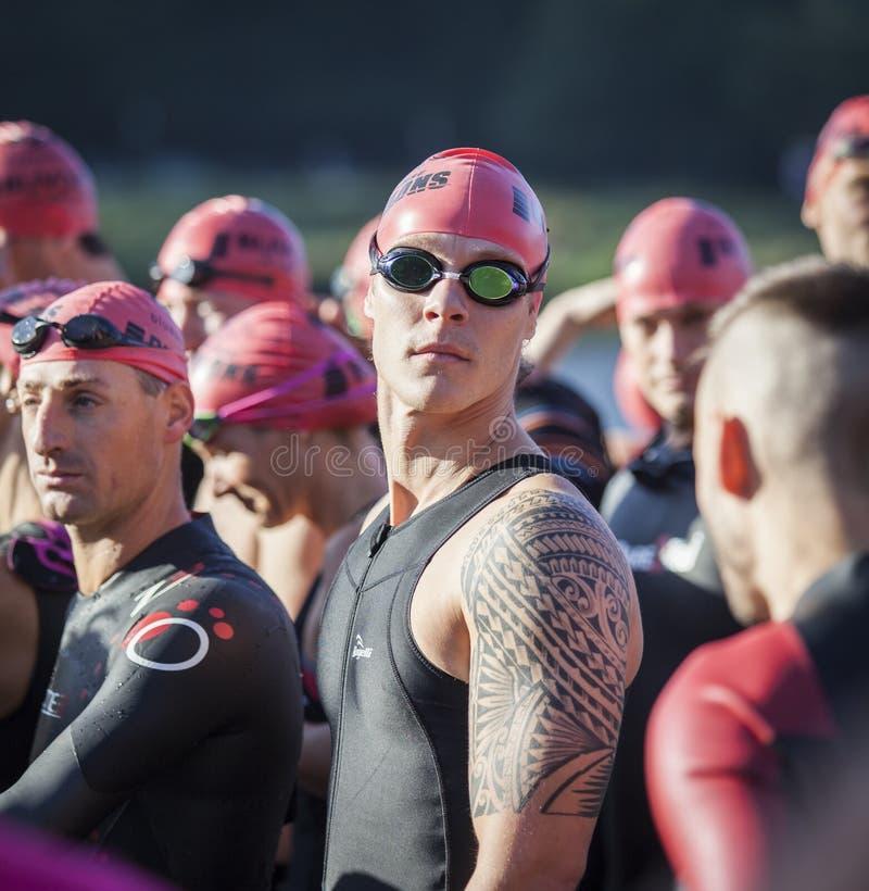 Athlète au début d'un triathlon photos stock