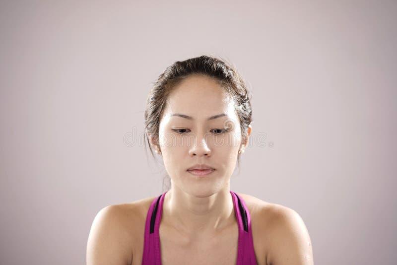 Athlète chinois asiatique se sentant déçu photos stock