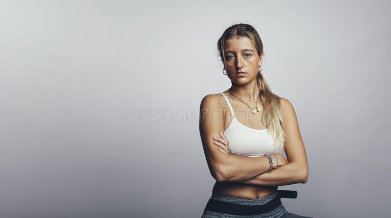 Athlète de femme dans des vêtements de séance d'entraînement photos libres de droits