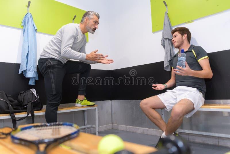 Athlète de motivation d'entraîneur dans le vestiaire images stock