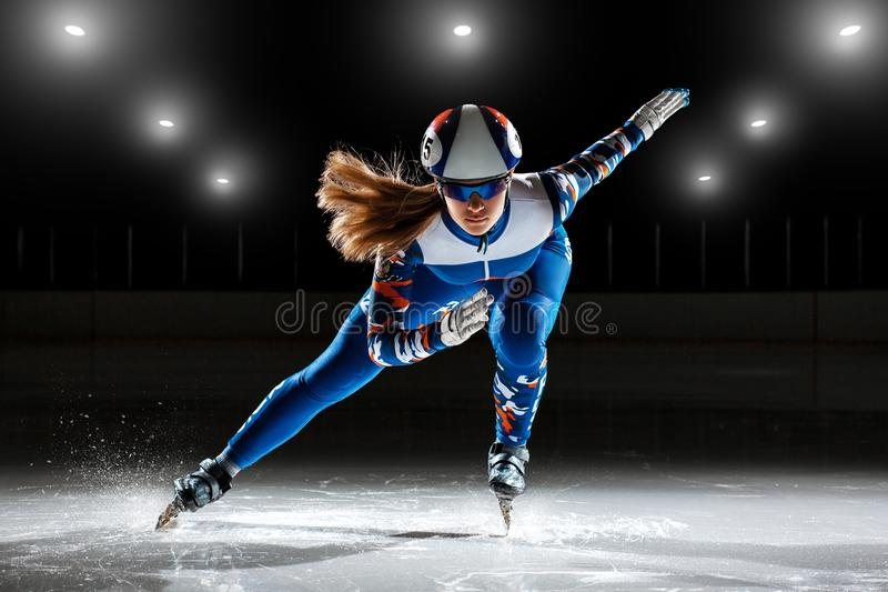 Athlète de voie court sur la glace photographie stock libre de droits