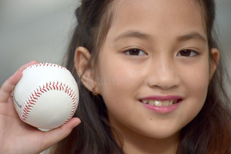 Athlète féminin divers convenable Smiling With Baseball d'enfant de joueur de baseball images libres de droits