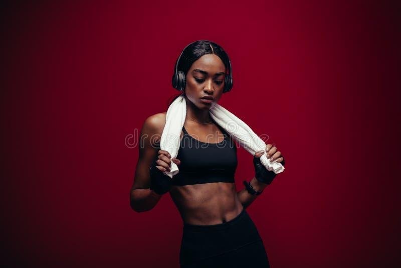 Athlète féminin en bonne santé détendant après l'exercice photographie stock