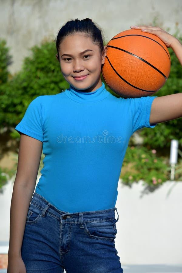 Athlète féminin heureux With Basketball photos libres de droits