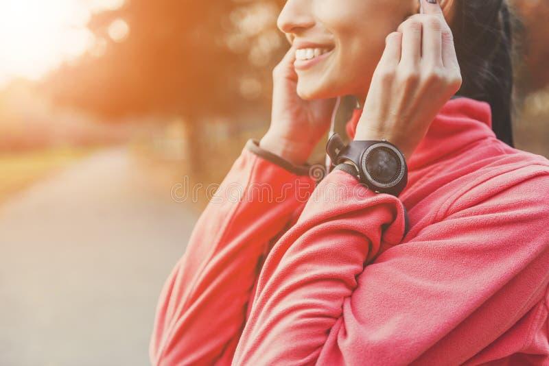Athlète féminin Insert Headphones photos libres de droits