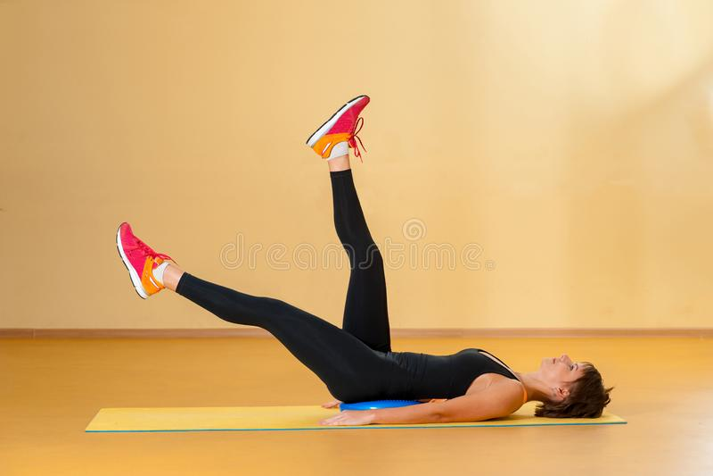 Athlète féminin pendant la séance d'entraînement à haute intensité de formation d'intervalle images libres de droits