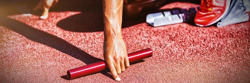 Athlète féminin prêt à la course de relais de début photos libres de droits