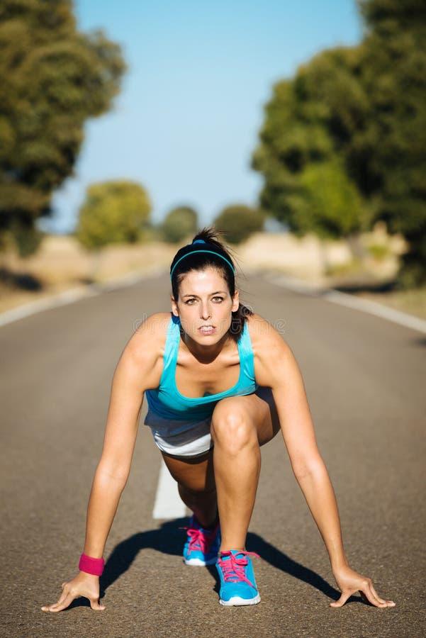 Athlète féminin prêt pour le fonctionnement de sprint photos libres de droits