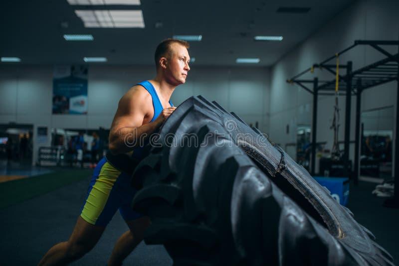 Athlète faisant l'exercice avec le pneu de camion, crossfit image libre de droits