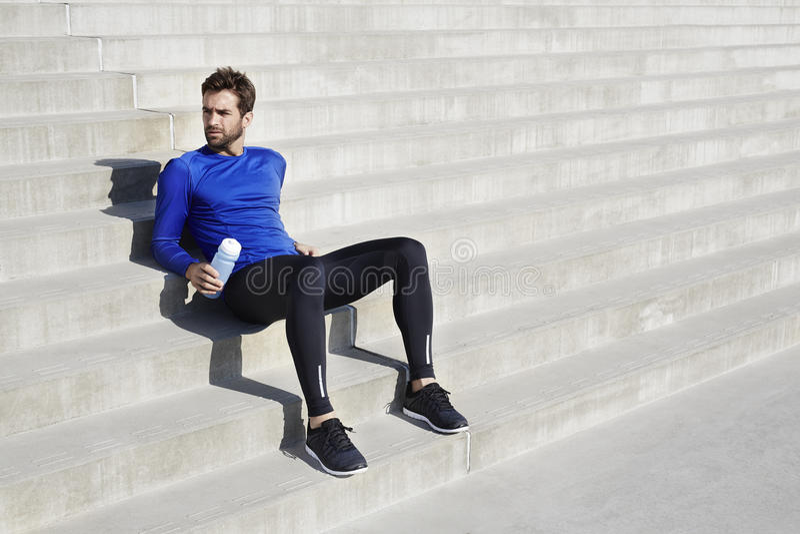 Athlète faisant une pause sur des étapes photo stock