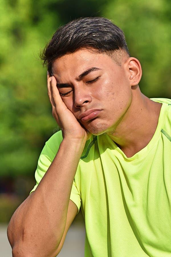 Athlète fatigué de mâle adulte photo libre de droits