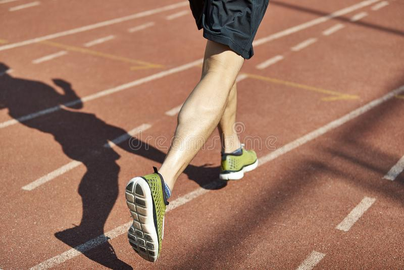 Athlète masculin courant sur la voie image stock