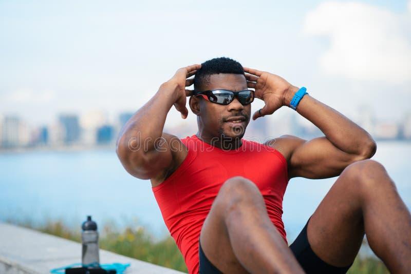 Athlète masculin faisant des craquements photos libres de droits