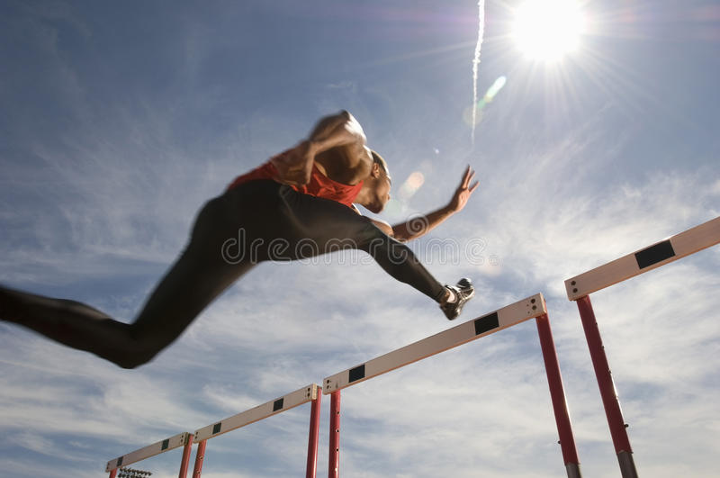 Athlète masculin Jumping Hurdle image stock