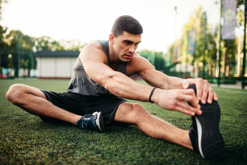 Athlète masculin sur la séance d'entraînement extérieure de forme physique images libres de droits