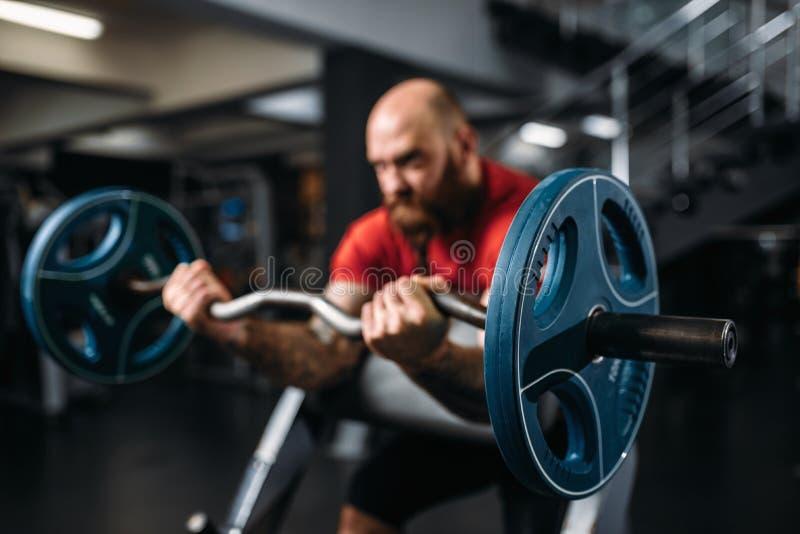 Athlète musculaire faisant l'exercice avec le barbell images libres de droits