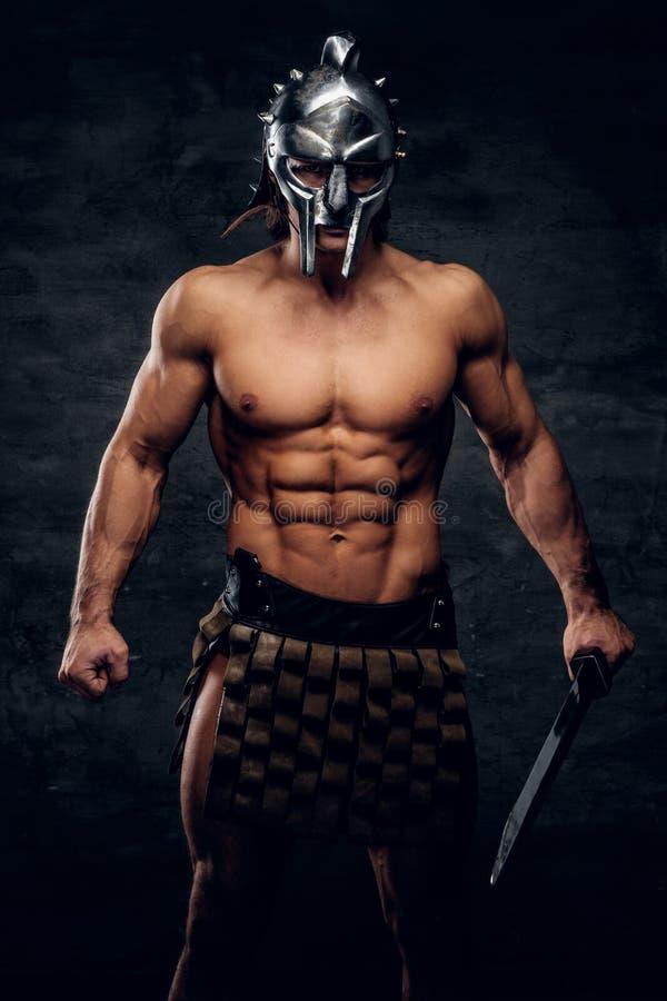 Athlète puissant avec l'épée dans des ses mains photo libre de droits
