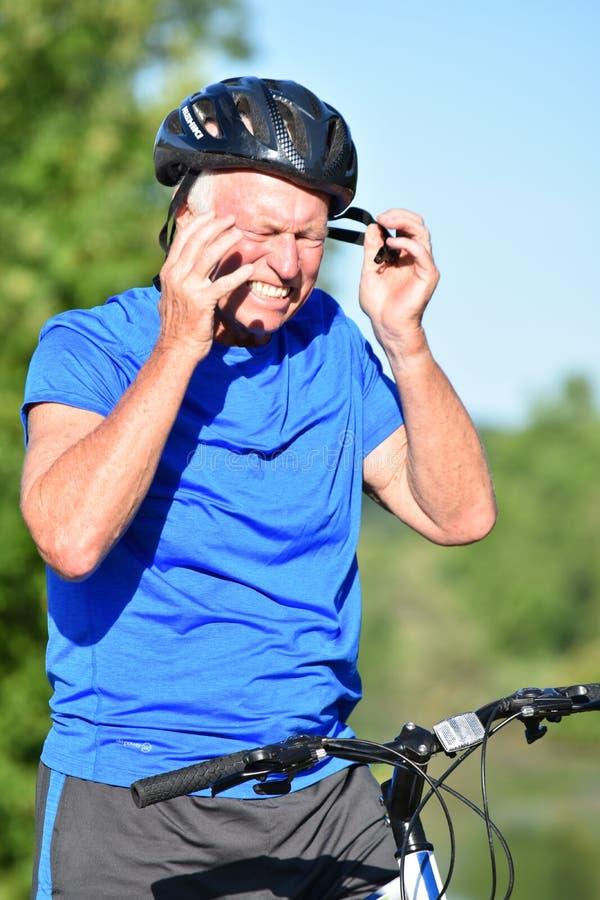 Athlète Retiree Male Cyclist et exercice d'inquiétude photo libre de droits