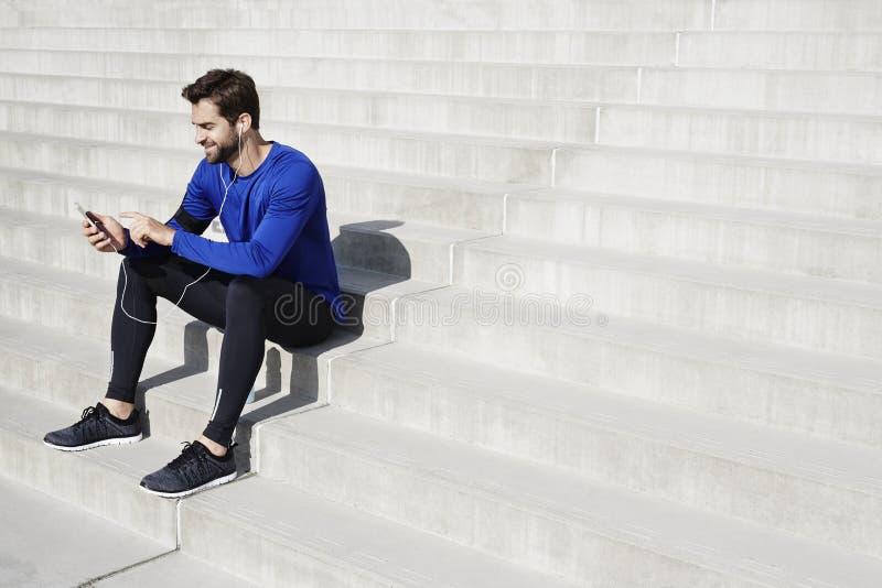 Athlète s'asseyant sur des étapes photos stock