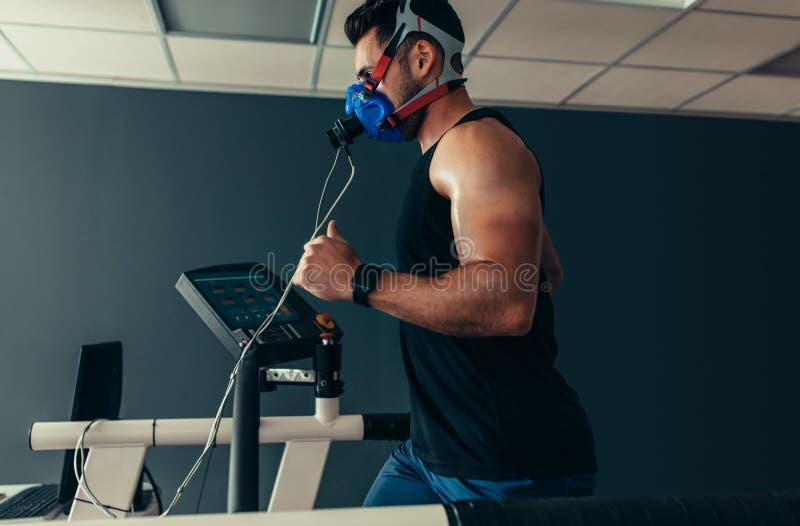 Athlète sur le tapis roulant au laboratoire de science de sports photographie stock