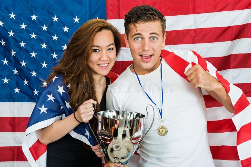 Athlètes avec le trophée et la médaille se tenant contre F nord-américain photo libre de droits