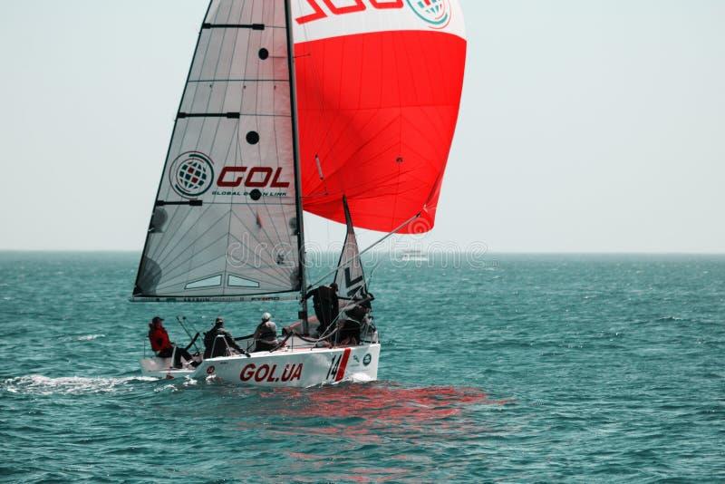 Athlètes d'équipe participant à la concurrence de navigation - régate, tenue en Odessa Ukraine SB20 - image libre de droits