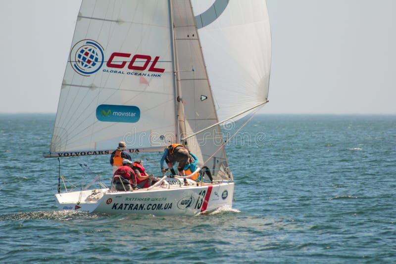 Athlètes d'équipe participant à la concurrence de navigation - régate, tenue en Odessa Ukraine SB20 - photographie stock libre de droits