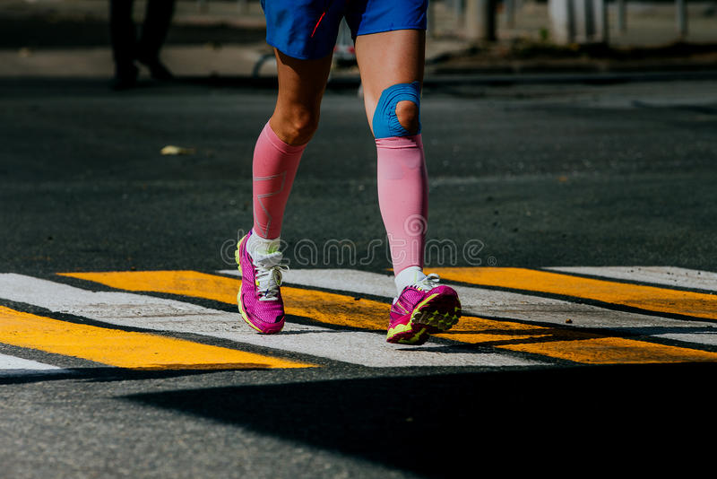 Athlètes de femmes de jambes dans des chaussettes de compression photographie stock