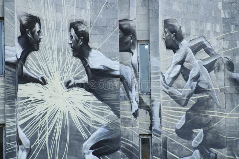 Athlètes de graffiti sur le mur en pierre du bâtiment photo libre de droits