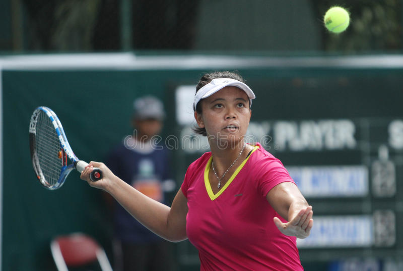 Athlètes féminins de tennis de l'Indonésien Ayu Fani Damayanti dans l'actio photos stock