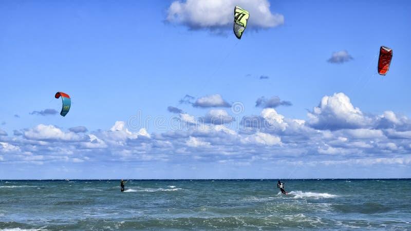Athlètes pratiquant le kitesurf en mer Méditerranée images stock