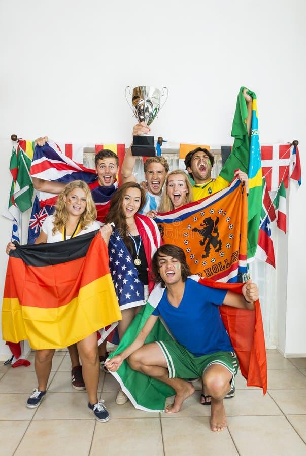 Athlètes réussis avec de divers drapeaux nationaux photos libres de droits