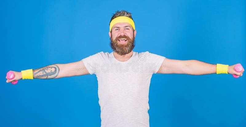 Athlet auf Weise zum starken K?rper Gesunde Gewohnheiten Athletenamateurtraining Athletentraining mit wenigem Dummkopf Mann lizenzfreie stockbilder