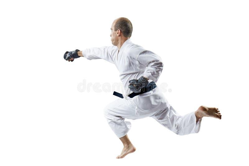 Athlet in den schwarzen Handschuhschlägen mit einer Hand in einem Sprung lokalisiert lizenzfreies stockfoto