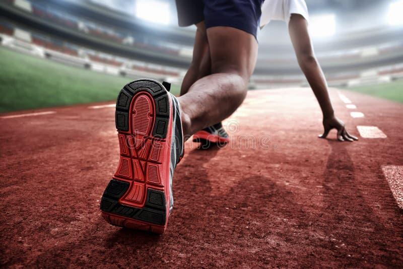 Athlet in der Ausgangsposition bereit zu laufen stockfoto