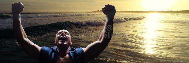 Athlet, der gegen Wellen und Sonnenuntergang feiert lizenzfreies stockfoto
