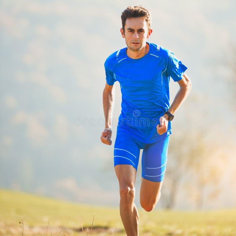 Athlet, der herein in die Berge der italienischen Nationalmannschaft läuft stockfoto