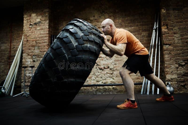 Athlet Focused auf dem Reifen-Leicht schlagen lizenzfreie stockfotografie
