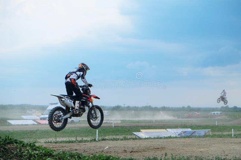 Athlet im Motocross springt während des Wettbewerbs stockfotografie