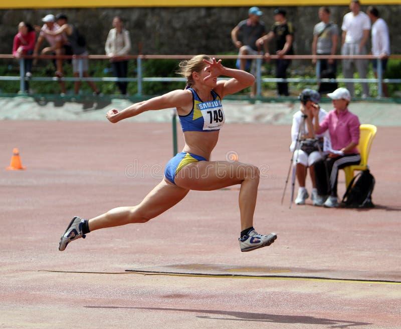 Athlet konkurrieren im dreifachen Sprung lizenzfreie stockbilder