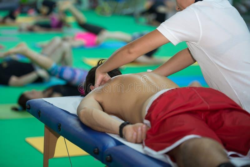 Athlet ` s Rückenmassage nach Eignungs-Tätigkeits-Wellness und Sport lizenzfreie stockbilder