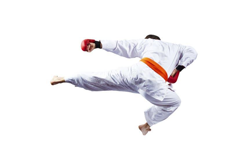 Athlet schlägt das Treten in einen Sprung gegen einen weißen Hintergrund stockfotos