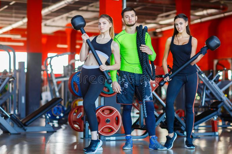 Athleten in der Turnhalle werfen mit einem Hammer und einem Seil auf lizenzfreies stockbild