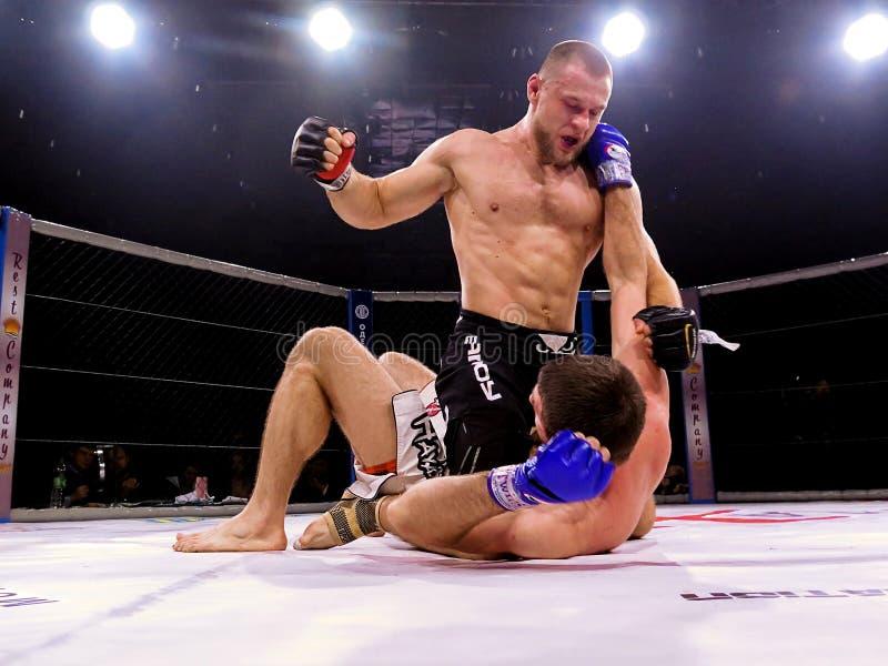 Athleten im achteckigen Ring für Kämpfe extremen Sport mischten Kampfkunstwettbewerbs-Turnier Muttahida Majlis-e-Amal MAXMIX lizenzfreies stockfoto