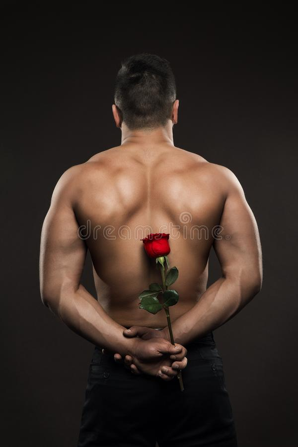Athleten-Man Back Rear-Ansicht, athletisches Jungenfell Rose Flower, muskulöser nackter Körper stockfoto