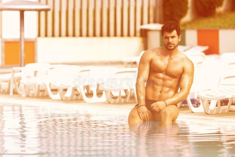Athleten-At Swimming Outdoor-Pool lizenzfreie stockfotos